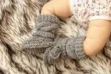 Вязаные вязание пинетки с косами .